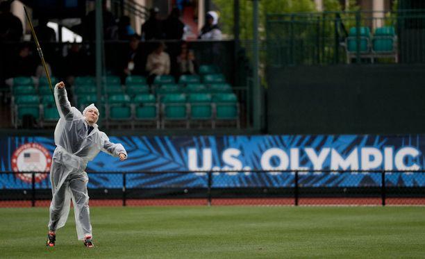 Chari Hawkins lämmitteli sateisella radalla ennen olympiakarsintoja Eugenessa.