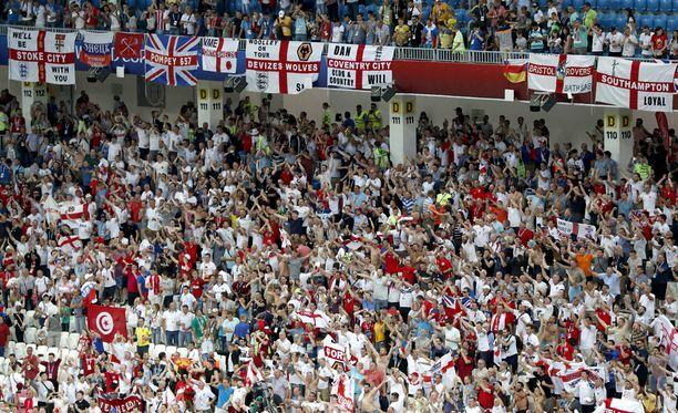 Englantilaiskannattajat juhlivat Tunisia-voittoa Volgogradissa. Kuvan kannattajat eivät liity tapaukseen.