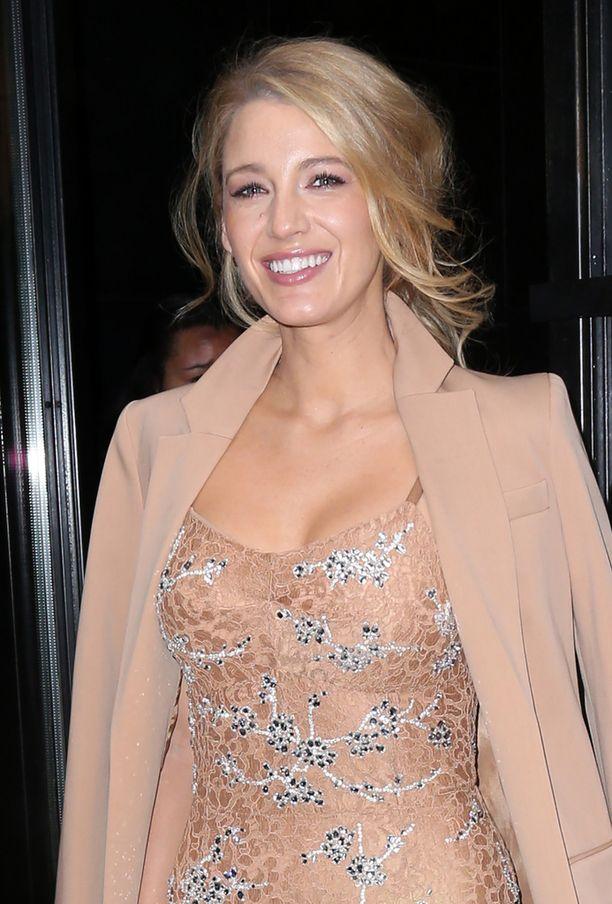 Näyttelijä Ryan Reynoldsin kanssa naimisissa oleva Blake Lively saapui muotiviikoille äitinsä kanssa.
