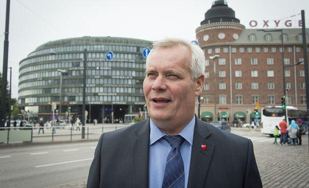 """SDP:n puheenjohtaja Antti Rinne sai jopa puoluetoverinsa takajaloilleen kutsuttuaan suomalaiset mukaan """"synnytystalkoisiin"""" puolueen kesäkokouksessa keskiviikkona. Arkistokuva."""