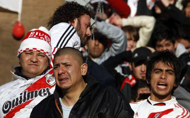 Fanit surivat River Platen putoamista.