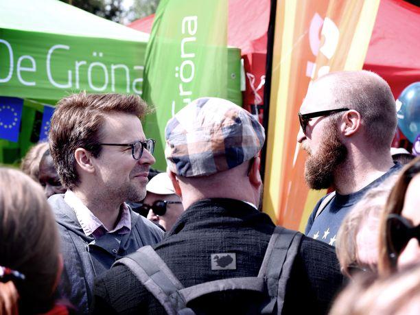 """Vihreiden eurovaaliehdokas ja ex-puheenjohtaja Ville Niinistö löysi lauantaina Maailma kylässä -festivaaleilla puheseuraa rap-artisti Karri """"Paleface"""" Miettisestä."""