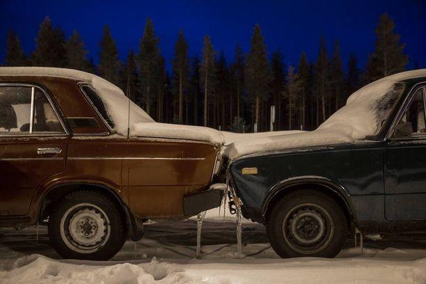 Alkuvuodesta Suomeen saapui runsaasti turvapaikanhakijoita Sallan rajanylitysaseman kautta. He ylittivät rajan vanhoilla autoilla.