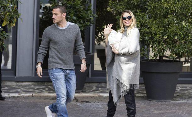 Francesco Totti ja vaimo Ilary Blasy kotiuttivat Isabel-tyttärensä maanantaina.