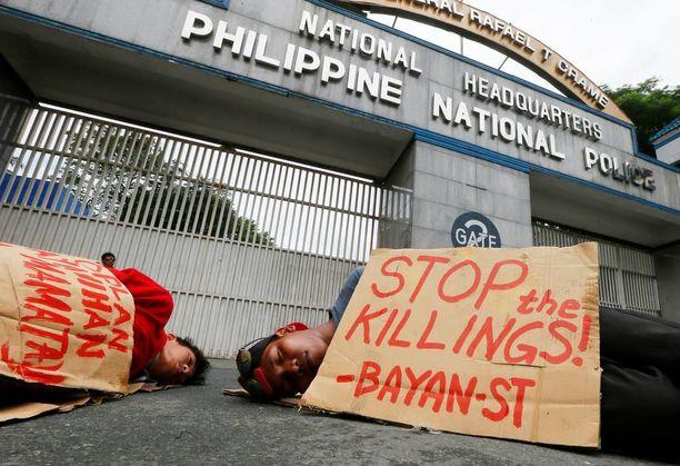 Mielenosoittajat esittivät perjantaina kuollutta Filippiinien kansallisen poliisin päämajan edessä protestina poliisiväkivallalle.