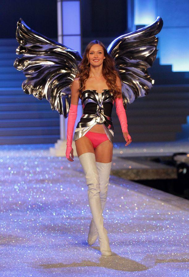 """Karmen Pedaru Victoria's Secretin """"enkelinä"""" vuonna 2011."""