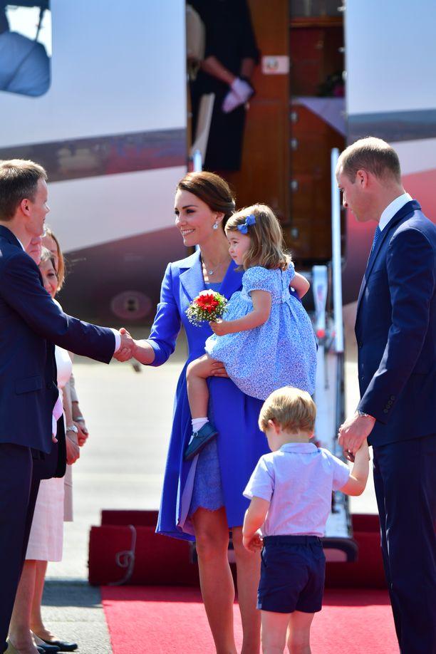 Prinssi William ja herttuatar Catherine käyttävät edustusmatkoillaan usein yksityiskoneita. Kuvassa perhe otettiin vastaan lentokentällä Saksassa.