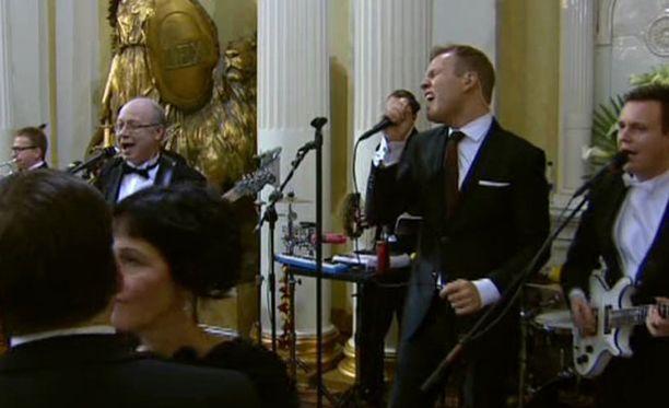 Perinteisesti Linnan juhlissa esiintyvä Kaartin Combo on yksi Kaartin Soittokunnan kokoonpanoista.