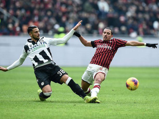 Ismaël Bennacer (oik.) ja Rolando Mandragora taistelemassa pallosta Milanin ja Udinesen välisessä ottelussa tammikuussa.