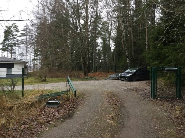 Poliisi ajoi tiistaina panssariautolla läpi Veijo Baltzarin omistaman talon porteista.
