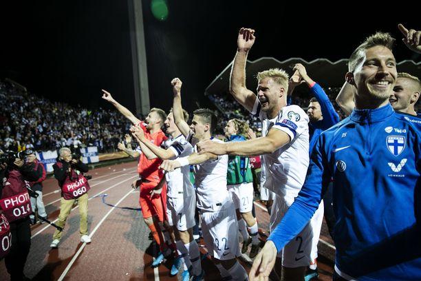 Toppari Paulus Arajuuri (kolmas oikealla) otti ilon irti Kreikka-voitosta kannattajien edessä.