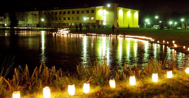Kynttilät syttyivät Jokelan koulusurman uhrien muistoksi, kun tapahtumista oli kulunut vuosi.
