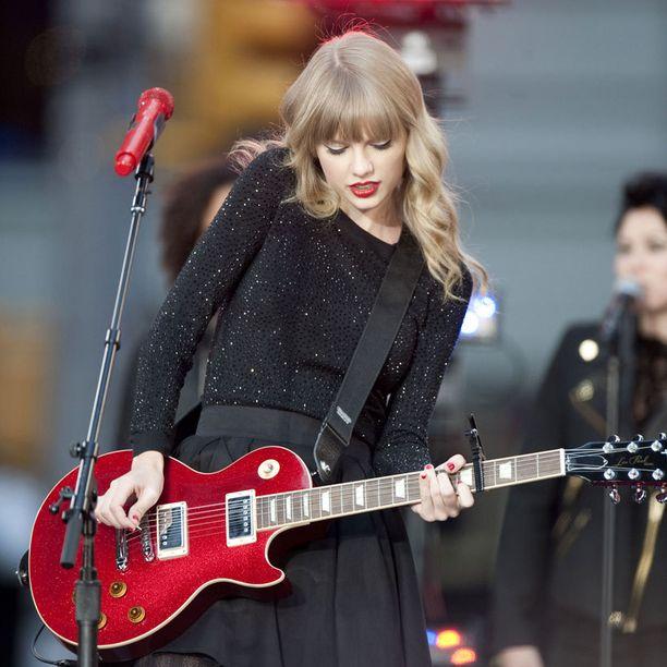 Taylorin lempikitara ja punainen mikrofoni.