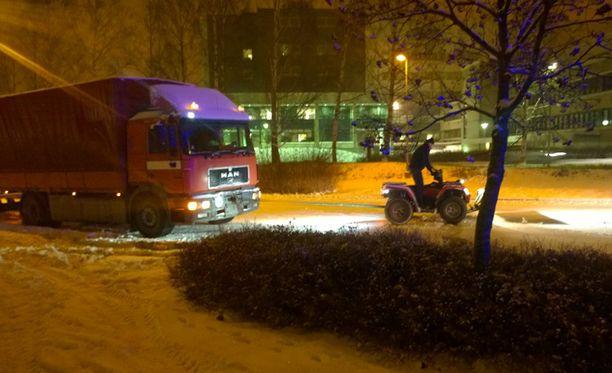 Nuijamäentiellä Espoossa mönkijä pysähtyi auttamaan jumiin jäänyttä rekkaa. Yritys kuitenkin epäonnistui ja rekka jäi odottelemaan hiekoitusautoa.