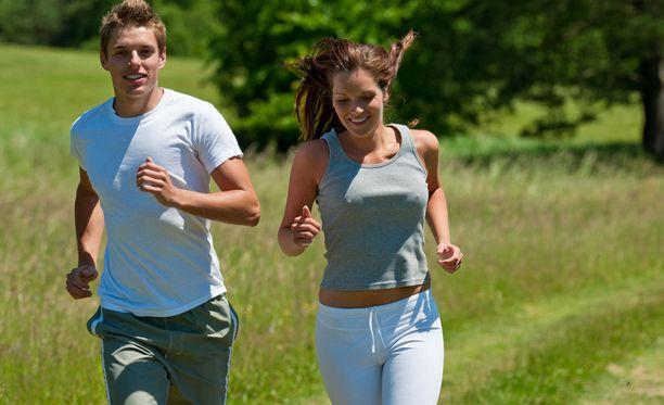 Juoksun harrastaminen helpottaa nukahtamista.