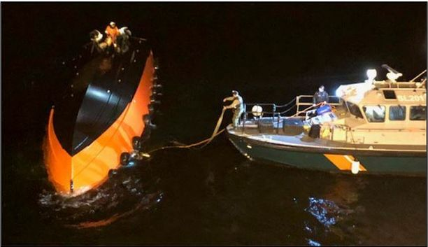 Luotsivene kaatui 8. joulukuuta noin kello 17 kovassa merenkäynnissä Porvoon majakan eteläpuolella.