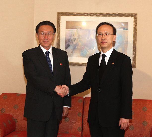 Kim Yang-gon (vas.) tapasi Etelä-Korean ministerin Hyun In-taekin elokuussa 2009. Kim vastasi Pohjois-Koreassa maiden suhteista.