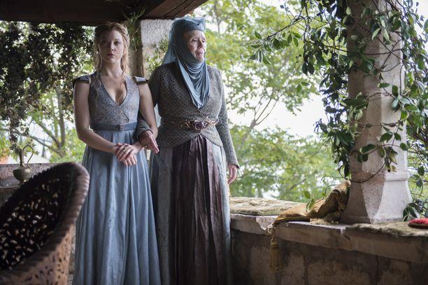 Margaery Tyrell vierellään isoäiti Olenna Redwyne.