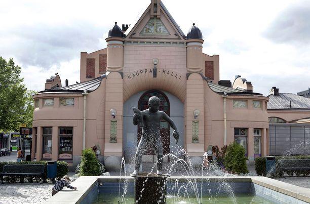 Toisin kuin runollinen esikuvansa ei Veljmies-patsas saa tuulastella salassa. Varsinkin vappuna sillä on melkoisesti seuraa.