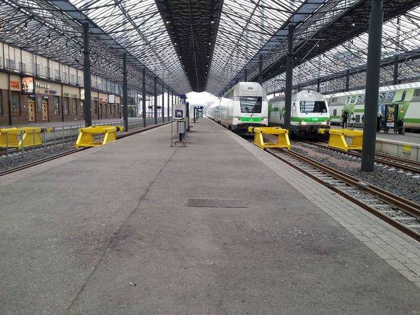 Junat seisovat Helsingin päärautatieasemalla.