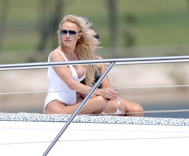 Pamela Anderson työskenteli mallikuvauksissa Australian Gold Coastissa marraskuussa.