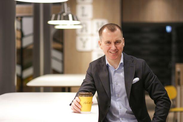 Suomen McDonald´sin toimitusjohtaja Olli Johanssonilla on syytä hymyyn. Sen verran hyvän tuloksen yhtiö teki viime vuonna.