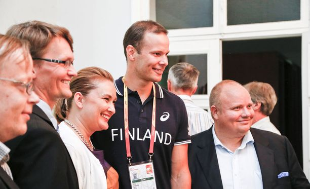 Tero Pitkämäki palkittiin stipendillä torstaina Pekingissä Suomen Kiinan suurlähetystön tilaisuudessa.