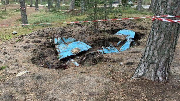 Uimarannan vierestä Helsingin Kallahdessa löytynyt hiekkaan hautautunut auto on kaivettu puoliksi esiin. Kaivanto on myös rajattu huolellisesti punavalkoiselle muovinauhalla.