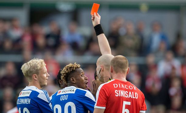 Ville Nevalainen näytti Anthony Annanille punaista korttia. Odu kritisoi pelin jälkeen tuomaritoimintaa.
