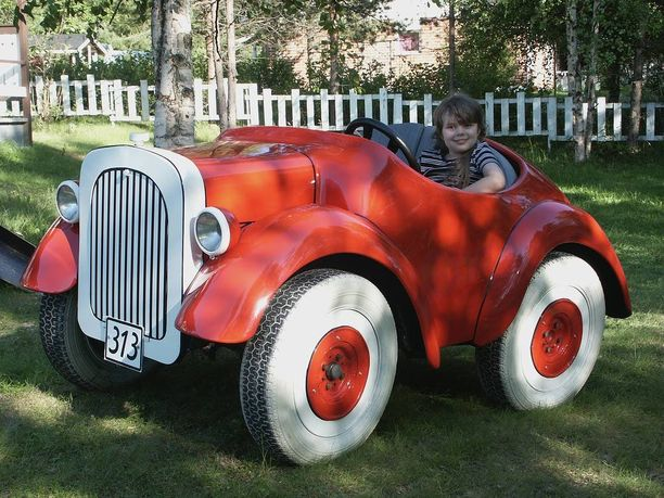 Kuusivuotiaalle Emmalle (kuvassa) Aku Ankan auto oli järisyttävän hauska elämys.