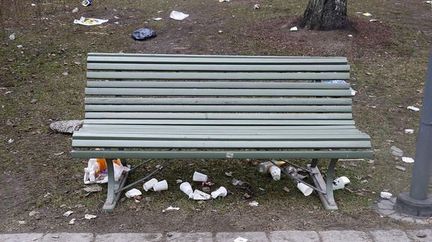Tyhjiä mukeja ja muovipusseja näkyi Koskipuistossa siellä täällä. Roskan määrä on valtava.