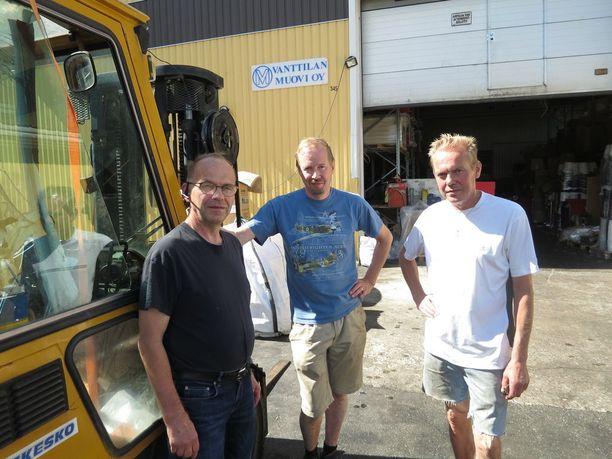Viisi veljestä jatkavat yrittäjäperheen työhistoriaa valmistamalla ämpäreitä Punkalaitumella. Kuvassa Risto, Vesa ja Ilkka Mikkonen.