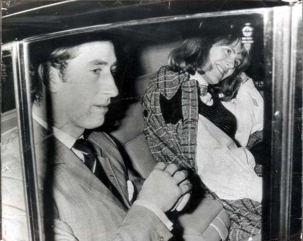 Vuonna 1975 Camilla oli naimisissa tahollaan ja Charles hänen esikoisensa kummisetä. Kaksikko kuvattiin, kun he olivat lähdössä katsomasta teatteriesitystä.