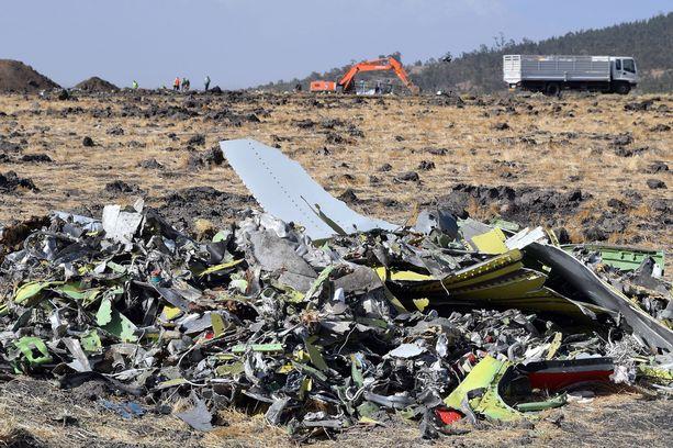 Ethiopian Airlinesin koneen jäänteitä. Kaikki koneessa olleet 157 ihmistä kuolivat maahansyöksyssä 10. maaliskuuta.