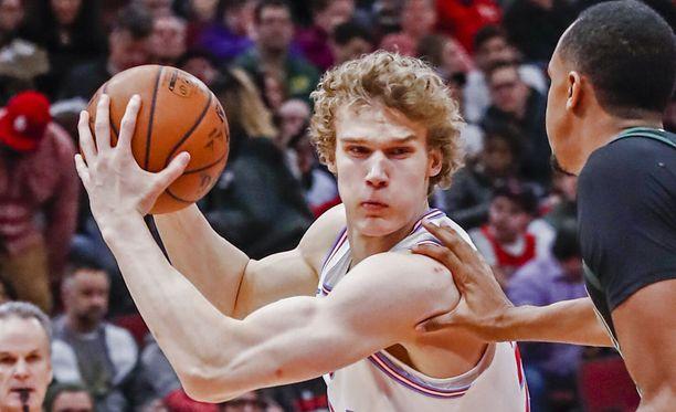 Lauri Markkanen palasi kentälle Chicago Bullsin vierasottelussa Orlando Magicia vastaan .