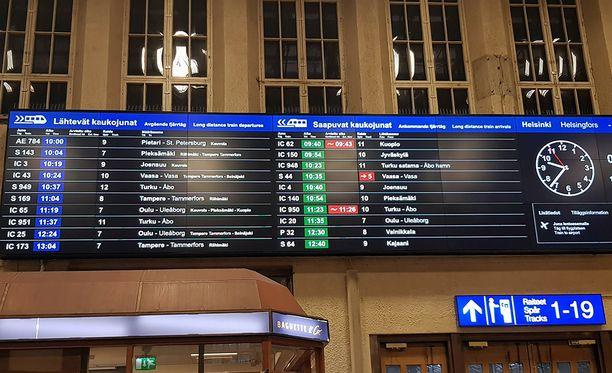 Helsingin Päärautatieaseman ilmoitustaululla näkyi ennen kymmentä kaksi myöhässä olevista junista.