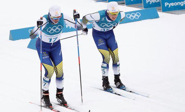 Calle Halfvarsson (vas.) ja Jens Burman hiihtivät Ruotsin väreissä Pyeongchangin olympiakisoissa.