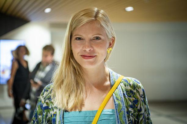 Saara Kotkaniemi näyttelee myös Kom-teatterissa Making of Lea - näytelmässä syksyllä 2019. Maanantai-sarjan ensi-iltaa Kotkaniemi saapui katsomaan yhdessä puolisonsa, muusikko Olavi Uusivirran kanssa.