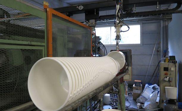 Robotti sylkee muovisakeet 200 asteen kuumuudessa massana muottiin ja vetää valmiin ämpärin ulos koneesta joka 20. sekunti. Vuodessa valmistuu miljoona muovisankoa.