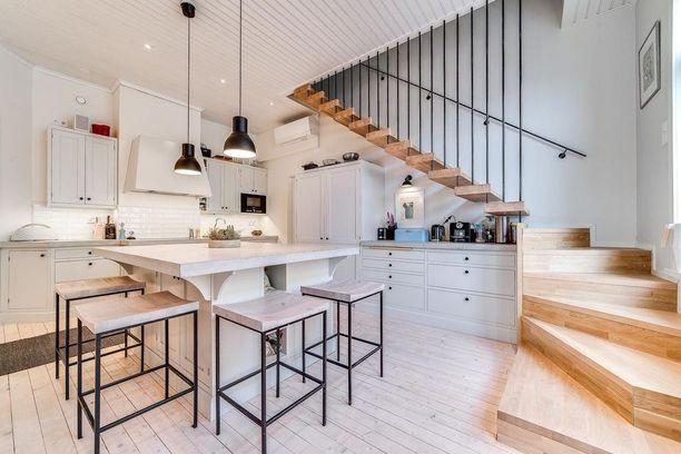Mittatilauskeittiö valmistuu vaikkapa yläkertaan vievän portaikon alapuolelle. Tämä keittiö on keittiöyritys Neljän sepän käsialaa.