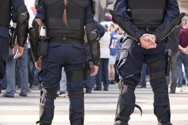 Haara-asento on tyypillinen esimerkiksi poliiseilla, vartijoilla ja sotilailla.