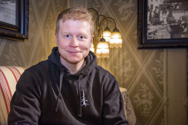 Kyläkauppias Sampo Kaulanen tatuoi viime vuonna jalkaansa Selviytyjät Suomi -ohjelman logon. Nyt toisessa jalassa on Huutokauppakeisari-tatuointi.