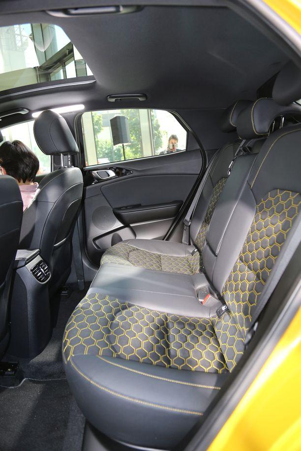 Takana on auton koko huomioiden asiallisesti polvitilaa. Pääntila riittää jopa keskipaikalla.