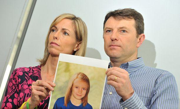Madeleinen lääkärivanhemmat Kate ja Gerry McCann ovat kauhuissaan turistikierroksista tyttärensä katoamispaikalle.