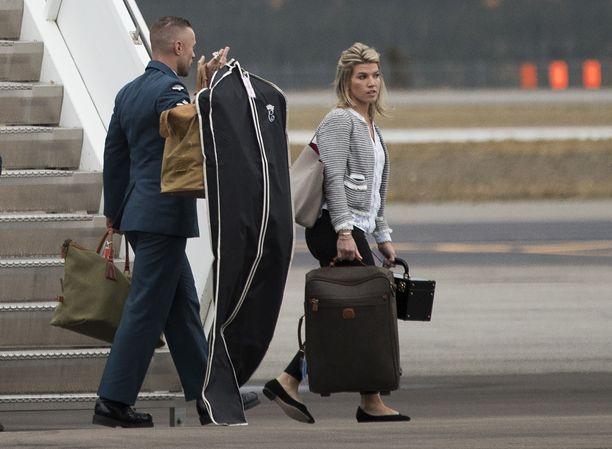 Herttuapari ei kanna matkatavaroitaan. Niistä huolehtiminen kuuluu henkilökunnalle.