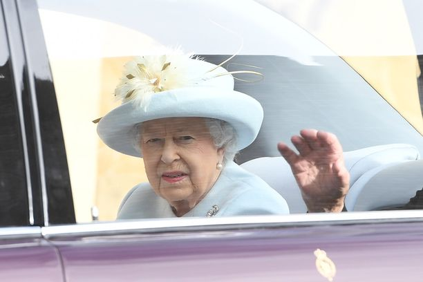 Kuningatar Elisabet pukeutui siniseen.