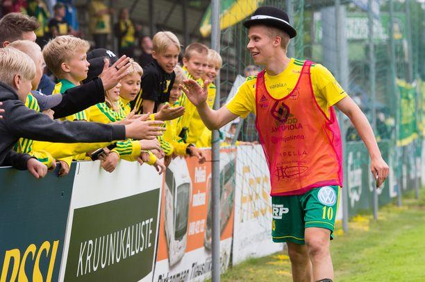 Ilveksen Lauri Ala-Myllymäki tuuletti knalli päässään hattutemppua tiistaina.