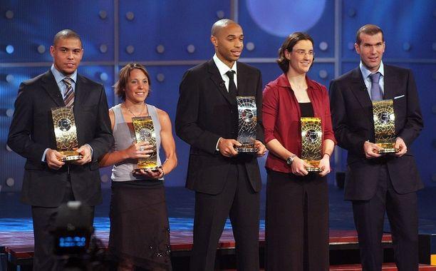 Ljungberg (2. vas.) palkittiin maailman kolmanneksi parhaana naispelaajana vuonna 2003. Birgit Prinz (2. oik.) äänestettiin tuolloin ykköseksi. Kuvassa myös vuoden 2003 maailman parhaat miespelaajat Zinedine Zidane (oik.), Thierry Henry (kesk.) ja Ronaldo.