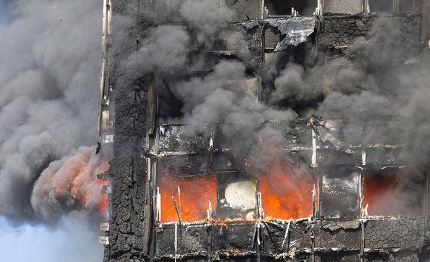 Useiden ihmisten kerrotaan hypänneen palavan talon kerroksista.