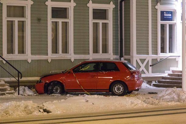 Humalassa autoillut kuski törmäsi linja-autoaseman seinään.
